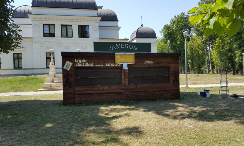 """Chioscuri comerciale din lemn – Festivalul """"UNTOLD"""" – Cluj-Napoca, iulie-august 2015"""